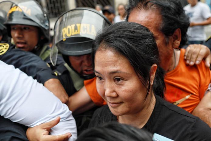 Keiko Fujimori onderweg naar de rechtbank, waar de rechter bepaalde dat ze terug de cel in moet.