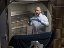 Zelfs in de lijkenzak heeft overledene een mondkapje op: Martin (47) uit Tiel verzorgt de coronadoden