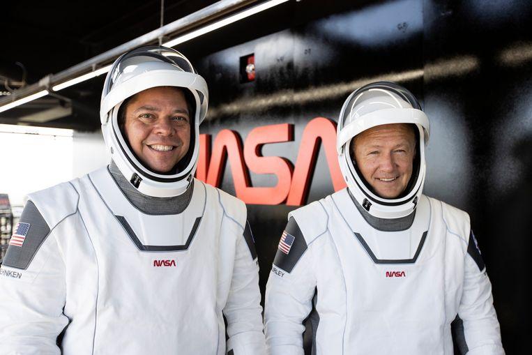 Astronauten Robert Behnken en Douglas Hurley in de futuristische ruimtepakken van SpaceX. Zij worden, als alles naar plan verloopt, de eerste twee mensen die met een bedrijf naar ruimtestation ISS vliegen. Beeld SpaceX