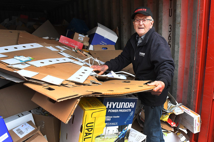 De 86-jarige Chris Geurts bij de papiercontainer in Cuijk.
