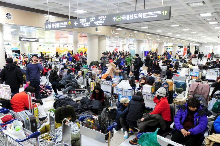 Gestrande toeristen op het vliegveld van Jeju. Beeld reuters