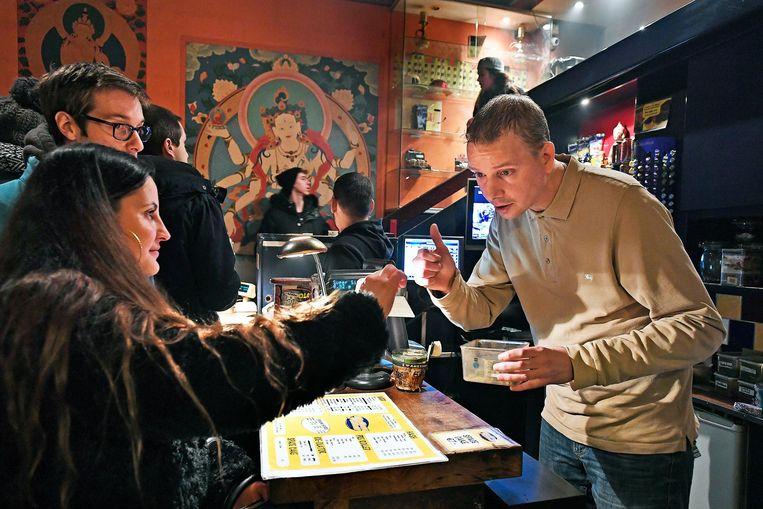 Elke gram in de voorraad van coffeeshop Mellow Yellow wordt digitaal bijgehouden. Beeld Guus Dubbelman / de Volkskrant