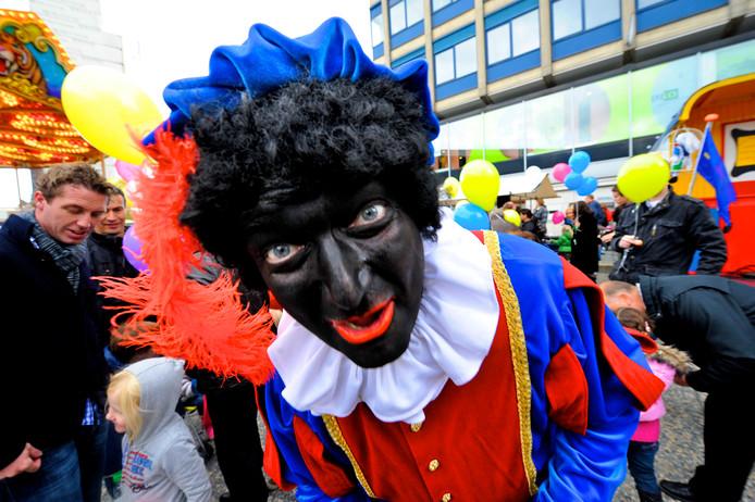 Een Zwarte Piet tijdens het sinterklaasfeest in Hengelo.