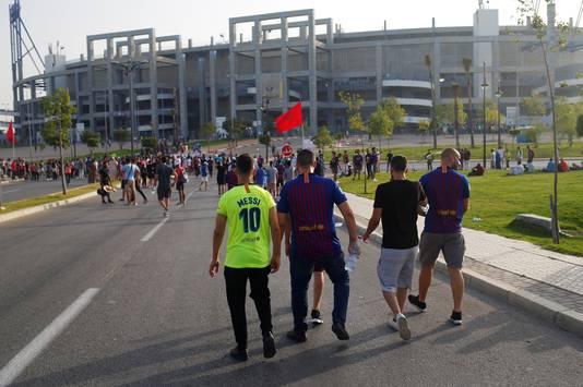 Fans op weg naar het Stade Ibn Batouta in de Marokkaanse stad Tanger.