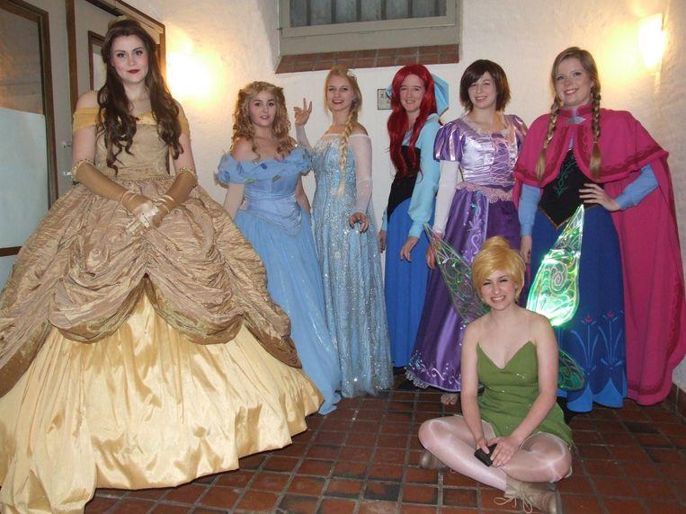 Leden van de vereniging Cosplay4Charity, verkleed in kostuums, maken zieke kinderen blij.