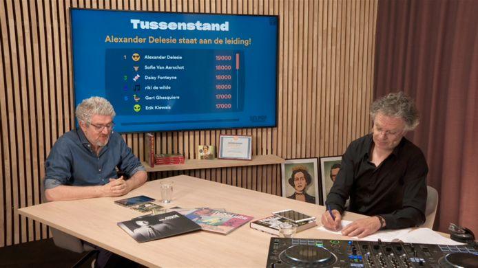 Jan Delvaux en Jimmy Dewit tijdens een Huiskamerquiz over popmuziek.