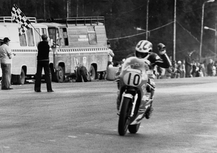 Een uniek moment: Boet van Dulmen passeert als winnaar van een GP wegrace de finish op het stratencircuit van Imatra.