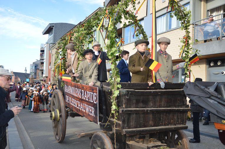 De optocht in Ophasselt voor het 100-jarig bestaan van België.