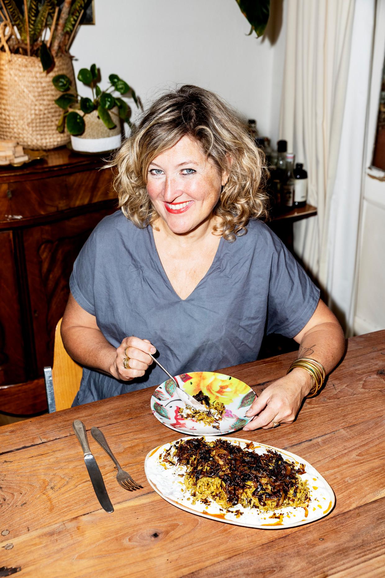 Kookboekenmaker en chef Merijn Tol met haar bordje mujadara: linzen met rijst en gebakken uien Beeld Merijn Tol