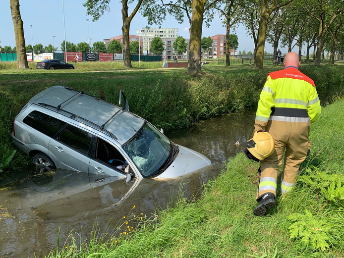 Auto te water in Rosmalen