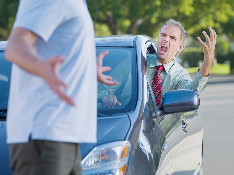 Aan een wegversmalling kwam het tot een discussie en verkeersagressie (illustratiebeeld).