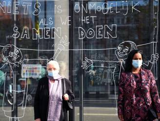 Cartoonist Arnulf huldigt Zuster Jeanne Devos en opvolgster Julie Hendrickx met raamtekening