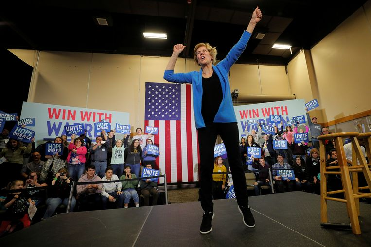 Senator en democratische presidentskandidaat Elizabeth Warren danst op het podium tijdens een campagnerally in Davenport, Iowa. Beeld REUTERS