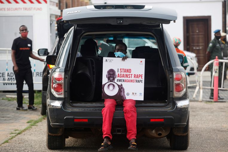 Een man demonstreert vorige week voor strenge straffen voor verkrachters nadat een 22-jarige studente op 27 mei werd verkracht en vermoord in de zuidelijke Nigeriaanse stad Benin.   Beeld EPA