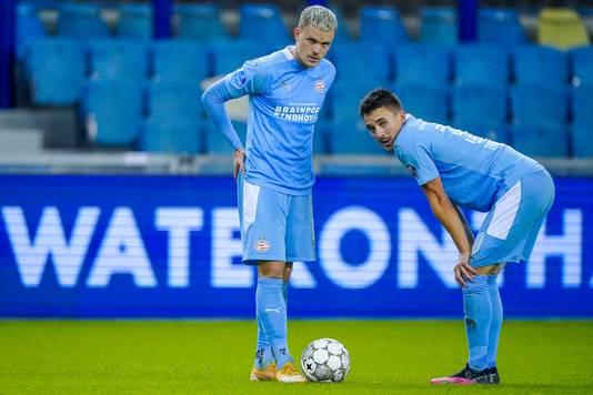 Philipp Max en Ryan Thomas tijdens Vitesse - PSV (2-1) vanmiddag.