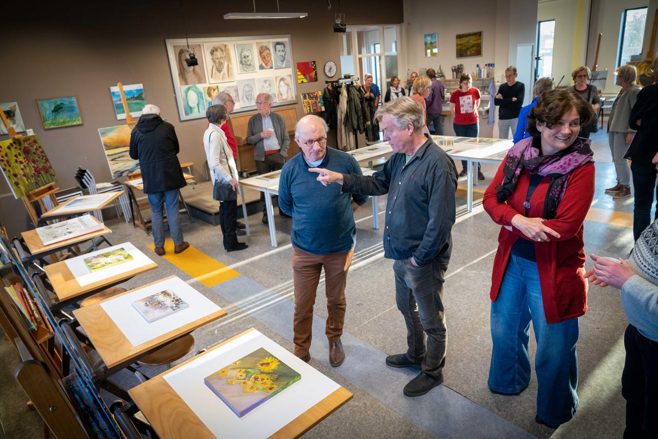 Bestuursvoorzitter Frans Polman (links) en docent Bart Elfrink in de Kinkel in Bemmel. Zij staan lijnrecht tegenover elkaar over het bestuursbesluit om alle kunstcursussen voor volwassenen te schrappen.