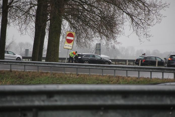 Twee van de drie betrokken auto's. Hiervoor zou de derde auto staan, die de meeste schade heeft opgelopen.