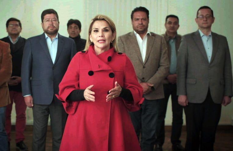 De Boliviaanse interim-president Jeanine Áñez tijdens de bekendmaking van het intrekken van haar kandidatuur voor het presidentschap bij de verkiezingen volgende maand. Beeld AFP