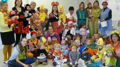 Kinderen én juffen uit de bol met carnaval