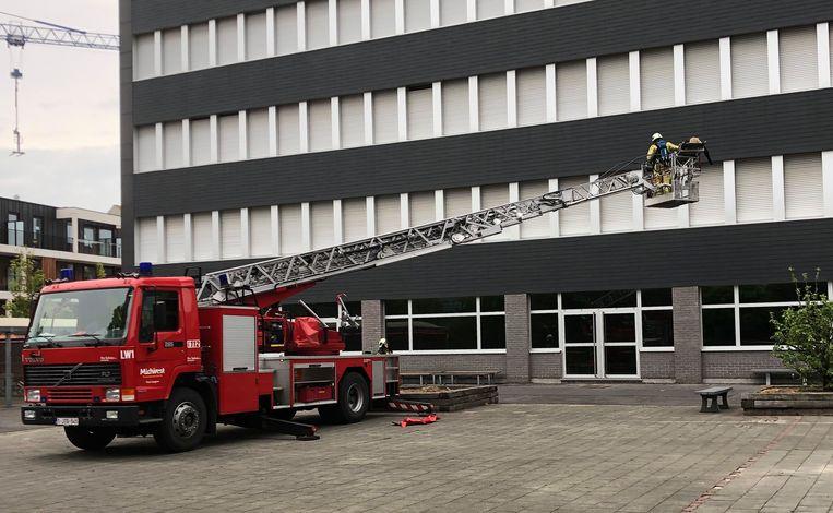 Met de ladderwagen werd een 'slachtoffer' geëvacueerd op de vierde verdieping.