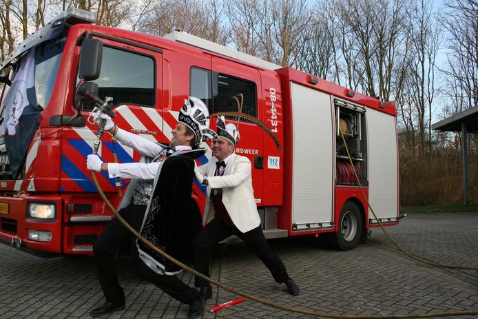 De Boven-Leeuwense prins Silo d'n innigste en adjudant Marco bereiden zich voor op de komst van Buren van de Brandweer.