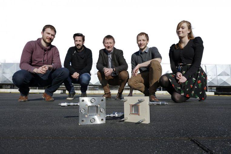 Johan Martens (midden) en zijn team slaagden er voor het eerst in om met een zonnepaneel zonlicht rechtstreeks om te zetten in waterstofgas.