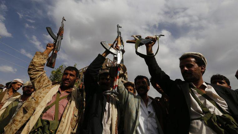 Houthi-rebellen tonen hun wapens in de stad Sanaa. Beeld anp