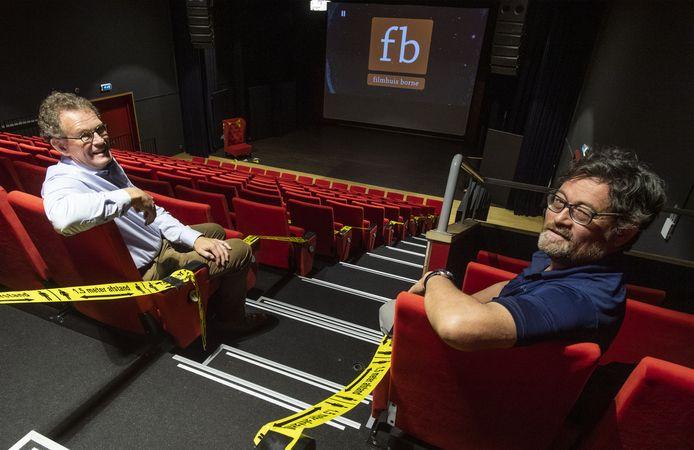 Frits Willems (links) en Albert Jonathans tonen dat het theater van het Kulturhus coronaveilig is ingericht.