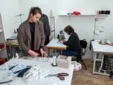 Even geen jurken maar mondkapjes uit atelier van Charla in Harderwijk