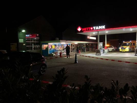 De politie zette zondagavond het tankstation aan de Buurserstraat in Enschede af, om een schietincident te onderzoeken.