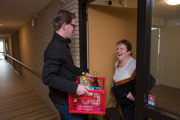 Als vrijwilliger brengt Corné van Gestel boodschappen bij mensen die zelf niet op pad kunnen.