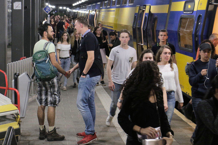 Wisseling van de wacht in 2017: feestgangers verlaten de trein, wandelaars staan te trappelen om naar Nijmegen te vertrekken.