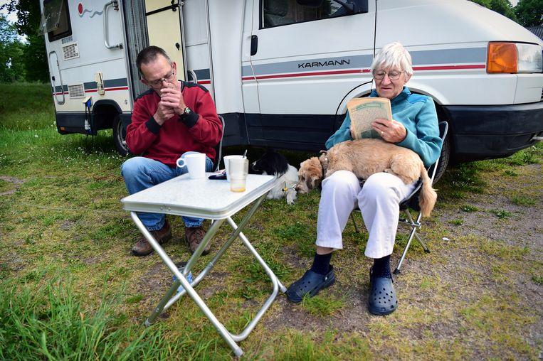 Een gepensioneerd echtpaar geniet voor hun camper op een camping in Bredevoort.  Beeld Marcel van den Bergh