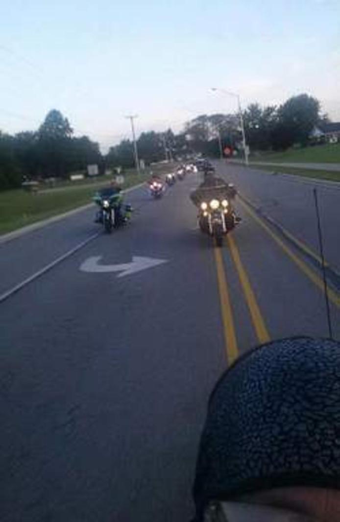 De groep van vijftig motorrijders onderweg naar de school van Phil.