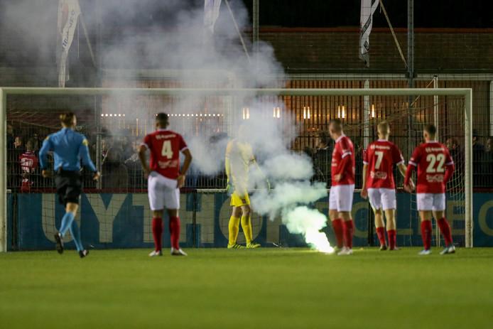 Vuurwerk op het veld tijdens de wedstrijd tussen Harkemase Boys en FC Groningen.