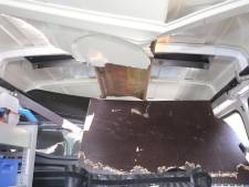 Metalen balk doorboort dak bestelbus, inzittenden ontkomen maar nét aan ernstig ongeluk
