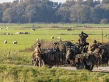 Militairen proberen hun 'vijand' op afstand te houden in Staphorst tijdens oefening