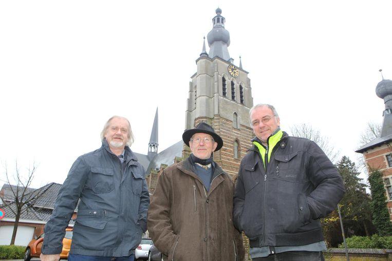 Flor Trappers van het beiaardcomité, pastoor Huub en adviseur Marc Van Eyck bij de Onze-Lieve-Vrouwkerk.