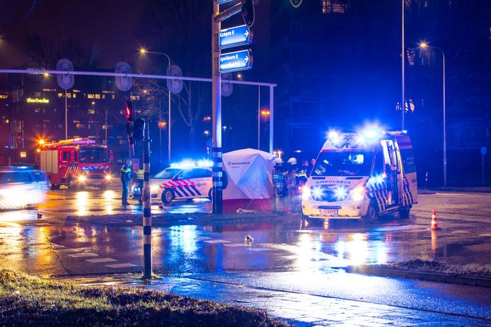De man werd aangereden op het kruispunt van de Zwartewaterallee met de Monteverdilaan in Zwolle. Het kruispunt werd na het ongeluk deels afgezet voor politie-onderzoek.