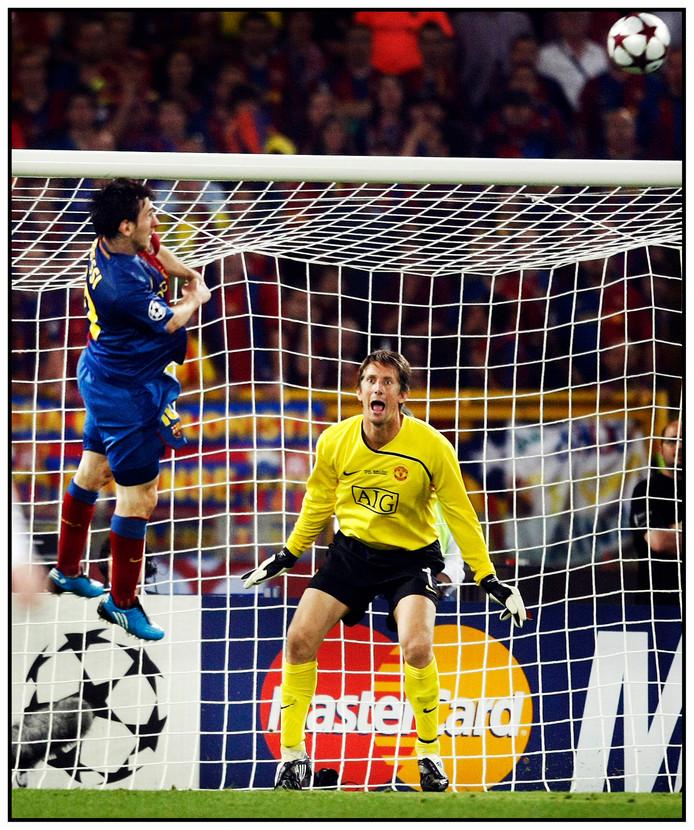 Lionel Messi kopt raak, Edwin van der Sar kan slechts toekijken.