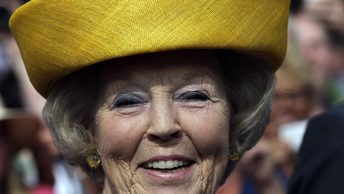Koningin Beatrix tijdens koninginnedag in Workum.