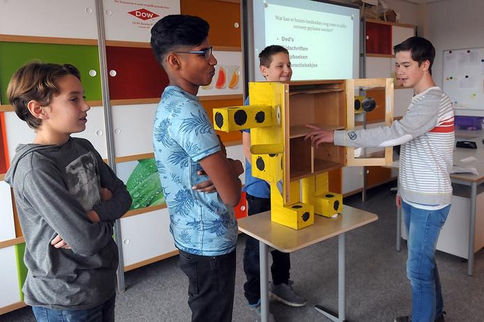 Leerlingen van de Rede ontwerpen een minibibliotheek. Brian, Nirushan, Sander en Joost bezig met hun presentatie.