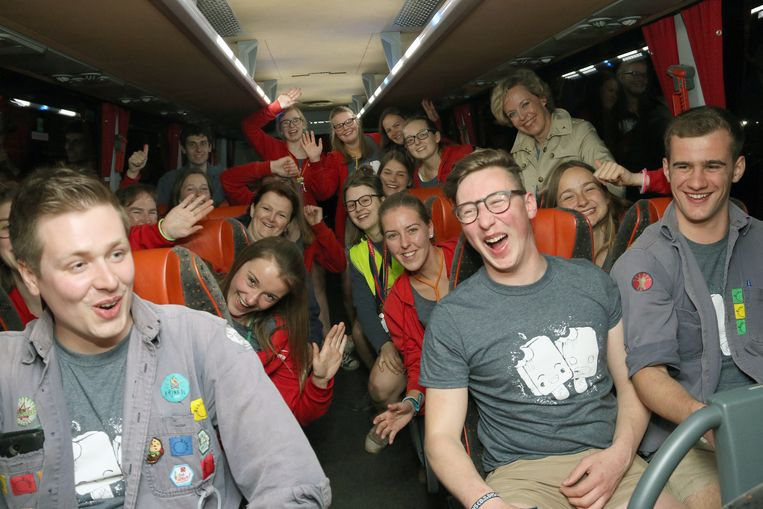 Hier zitten een aantal Chirojongeren nog gezellig op de feestbus met voormalig geduputeerde Inga Verhaert