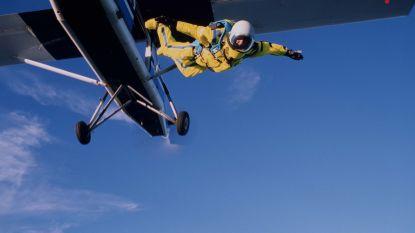 Parachutist botst met vliegtuig waaruit hij net gesprongen was: veertiger op slag dood
