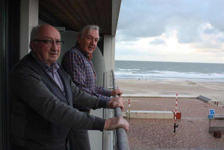 Albert Maerevoet en buurman Georges Vandereet hebben uitzicht op zee vanuit hun flat. Maar op de dijk komt er volgend jaar misschien een kunstwerk van 12 meter hoog.