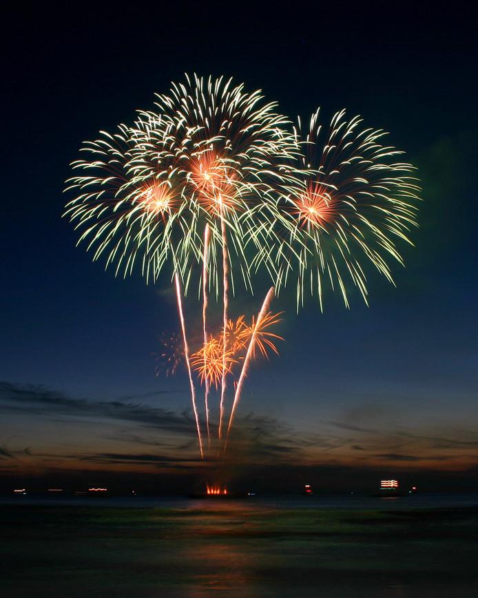 Twente Ballooning sluit de eerste avond dit jaar af met een spectaculaire vuurwerkshow.