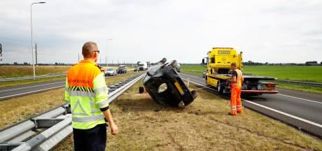 Auto over de kop op N50 van Kampen naar Zwolle
