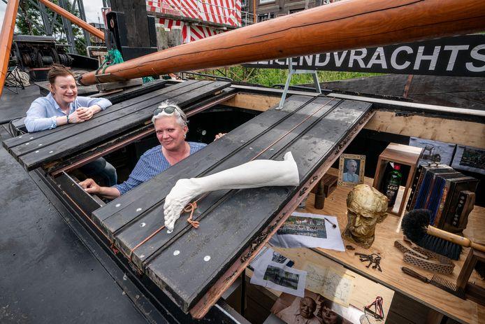Monique Broekman (links) en rechts Alexandra van Dongen varen over de Zuid-Willemsvaart met een expositieboot.