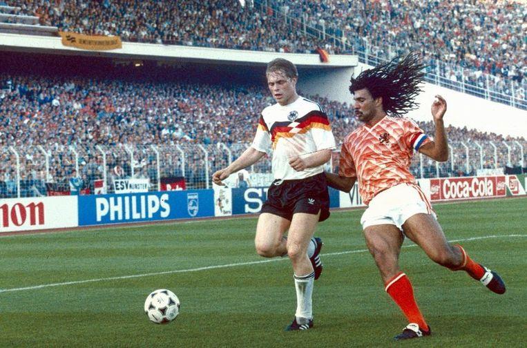 Ruud Gullit in actie tijdens het EK in 1988 tegen West-Duitsland in Hamburg.  Beeld