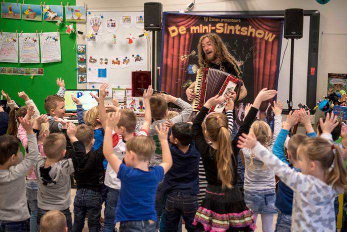 Tijl Damen geeft De mini-Sinterklaasshow op basisschool Het Mozaiek.